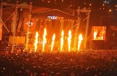 """MobiFone RockStorm7 """"bùng cháy"""" xua tan mưa lạnh của Hà Nội"""