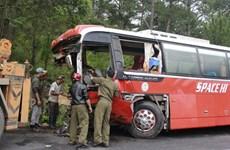 Điện Biên: Bị môtô đâm trực diện, xe khách đâm vào vách núi