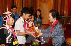 Phó Chủ tịch nước gặp mặt, động viên trẻ em nghèo hiếu học