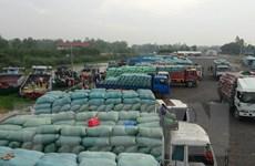 Hàng hóa thông quan qua cửa khẩu Lào Cai vẫn gặp khó khăn
