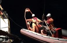 Đưa 2 thuyền viên bị tai nạn lao động trên biển vào bờ an toàn