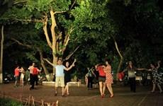 Hào hứng, say mê với những điệu nhảy quyến rũ bên Hồ Gươm