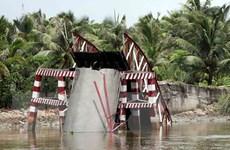 Trục vớt sà lan bị chìm sau khi đâm sập cầu dân sinh ở Hà Tĩnh