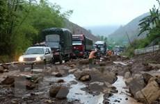 Sạt lở khiến đất đá vùi lấp 7m mặt đường cao tốc Hà Nội-Lào Cai