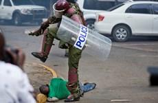 Cảnh sát Kenya bị điều tra vì bức ảnh đánh người biểu tình của AP