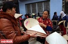[Photo] Duyên dáng với nón lá của làng nghề truyền thống Ngọc Mỹ