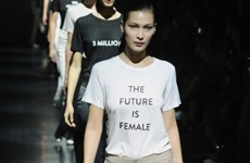 """Diện áo thun """"biết nói"""" điệu đà như quý cô Hàn Quốc"""