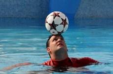 Cựu cầu thủ bóng nước Cuba lập kỷ lục thế giới về giữ bóng trên đầu