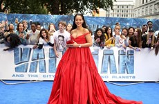 Rihanna và Cara Delevinge thi nhau khoe vòng một táo bạo