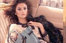Thông điệp tình yêu ẩn trong bộ sưu tập túi đầu tay của Selena Gomez