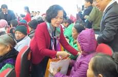 Trưởng ban Dân vận Trung ương tặng quà bệnh nhân tại Bắc Ninh