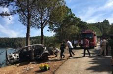 Xe taxi bốc cháy lao xuống vực ở Gia Lai, hai cha con chết cháy