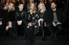 Phong cách siêu chất của dàn sao trên hàng ghế đầu show Saint Laurent