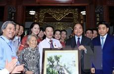 Thủ tướng thăm làng gốm và gặp gỡ các nghệ nhân gốm sứ Bát Tràng
