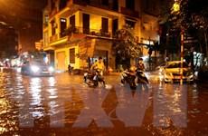Nhiều tuyến phố ở Hà Nội ''thất thủ'' sau trận mưa lớn nhất từ đầu năm