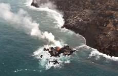 Nham thạch núi lửa phun trào ở Hawaii tạo thành đảo nhỏ ngoài khơi
