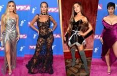 """Xuyên thấu và ánh kim """"ganh đua"""" trên thảm hồng đêm trao giải VMA"""