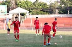 Đội tuyển bóng đá Việt Nam đổi kế hoạch, tập nhẹ tại Vientiane