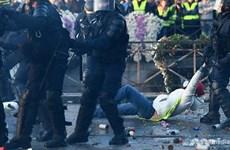 Pháp: Biểu tình phản đối tăng giá nhiên liệu, hơn 400 người bị thương