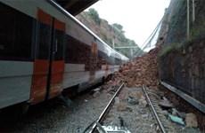 Tây Ban Nha: Tàu trật bánh do lở đất khiến 7 người thương vong