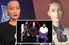 """Robot Sophia ngồi """"ngang hàng"""" với các ngôi sao trong show thời trang"""