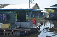 Tặng quà cho bà con gốc Việt khó khăn ở Biển Hồ Campuchia
