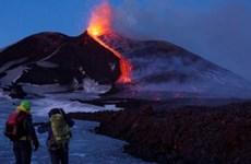 Ngọn núi lửa cao và mạnh nhất châu Âu đã thức giấc