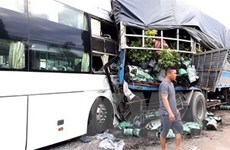 Xe khách giường nằm tông vào hai xe tải đang dừng đỗ, 2 người tử vong