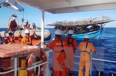 Cứu hộ và cứu nạn tàu cá gặp sự cố trên biển, ngư dân bị bỏng xăng