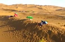 [Video] Liệu pháp tắm cát giữa mùa Hè sa mạc ở Trung Quốc