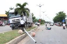 [Video] Ninh Thuận: Xe tải đâm vào 2 xe máy, một người tử vong
