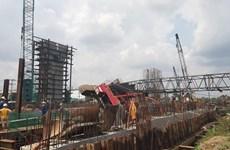 TP. HCM: Cần cẩu thi công dự án 10.000 tỷ đồng đổ vào nhà dân