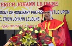 Tặng Chủ tịch tổ chức Trái tim vì trái tim danh hiệu giáo sư danh dự