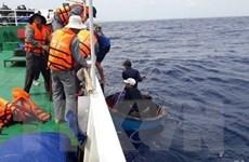 Tàu kiểm ngư đưa 13 ngư dân gặp nạn vào đảo Sơn Ca an toàn