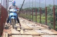 [Photo] Đánh đu tính mạng khi qua cầu treo mục nát bắc trên sông Bôi