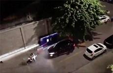 [Video] Xảy ra mẫu thuẫn, tài xế lái ôtô đâm thẳng vào người đi xe máy