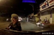 [Video] TP. HCM: Một người phụ nữ chặn đầu ôtô để bán vé số