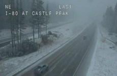 [Video] Mỹ: Kỳ lạ hình ảnh tuyết rơi giữa mùa Hè ở California