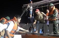 Biên phòng Quảng Bình tiếp nhận 6 ngư dân gặp nạn đưa vào bờ an toàn
