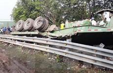 [Video] Hiện trường vụ xe đầu kéo đứt đôi sau va chạm với tàu hỏa