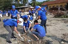Chung tay dọn rác, làm sạch khu vực sông Hồng và cầu Long Biên