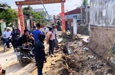 Thanh Hóa: Máy xúc đất làm sập tường rào, 2 công nhân thương vong