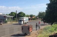 [Video] Nam thanh niên nghi ngáo đá ra đường chặn xe, đập phá