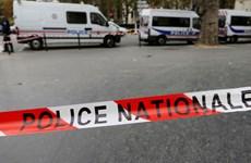 Pháp vô hiệu hóa một đối tượng dùng dao đe dọa cảnh sát
