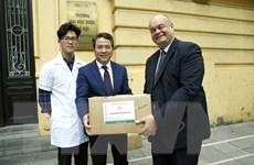 Đại học Dược Hà Nội tặng dung dịch rửa tay khô cho các bệnh viện