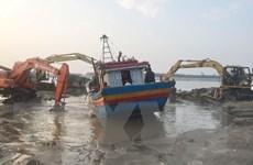 Nghệ An trục vớt thành công tàu cá mắc cạn tại cửa Lạch Vạn