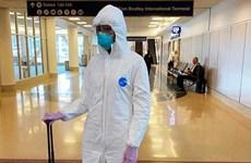 Thời trang mùa dịch: Naomi Campell mặc đồ bảo hộ, Dương Tử trùm áo mưa