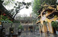 [Photo] Dân Hà Nội không đi lễ ngày Rằm để phòng dịch COVID-19