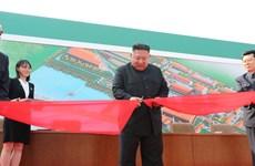Nhà lãnh đạo Kim Jong-un dự lễ cắt băng khánh thành một nhà máy