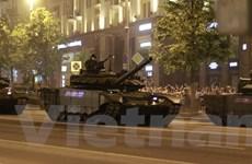 [Photo] Tăng thiết giáp Nga tập dượt ban đêm chuẩn bị duyệt binh